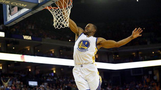 Basketbalista Golden State Andre Iguodala dává koš v zápase s Atlantou.