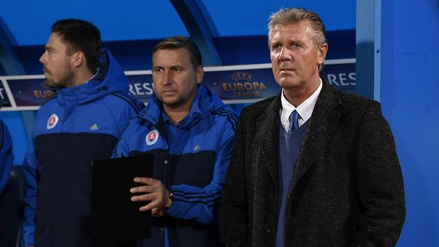 Trenér Slovanu Bratislava Jozef Chovanec (vpravo) a jeho asistent Horst Siegl během utkání základní skupiny Evropské ligy se Spartou.