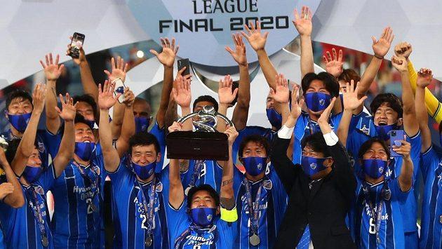 Fotbalisté Ulsanu vyhráli podruhé v historii po roce 2012 asijskou Ligu mistrů. Korejský tým porazil ve finále soutěže v Dauhá 2:1 íránský Persepolis díky dvěma penaltám Brazilce Júniora.