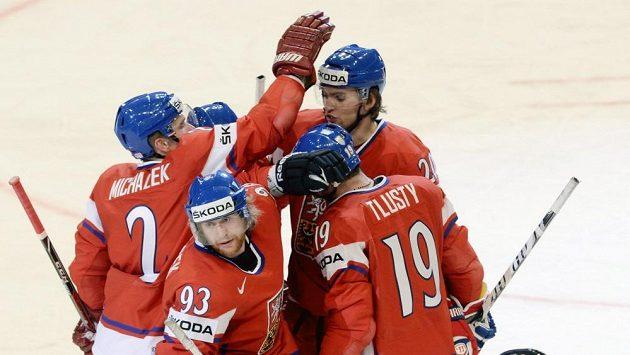 Čeští hráči se radují z gólu Jakuba Voráčka (druhý zleva).