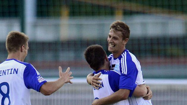 Fotbalisté Znojma se radují ze vstřelení gólu.