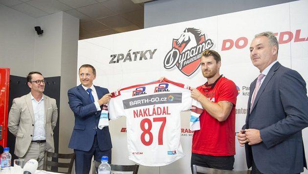 Obránce Jakub Nakládal (druhý zprava) se po devíti letech vrátil do Pardubic.