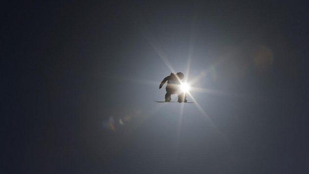 Snowboardisté při tréninku slopestylu v Soči.
