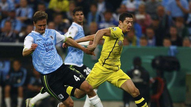 Polský útočník Robert Lewandowski (vpravo) v souboji se stoperem Mnichova 1860 Kaiem Bulowem v zápase německého poháru.