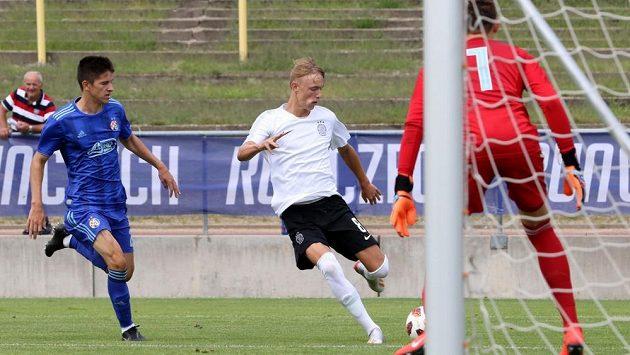 Adam Karabec (uprostřed) prokázal svůj ofenzivní talent i na pražském CEE Cupu.
