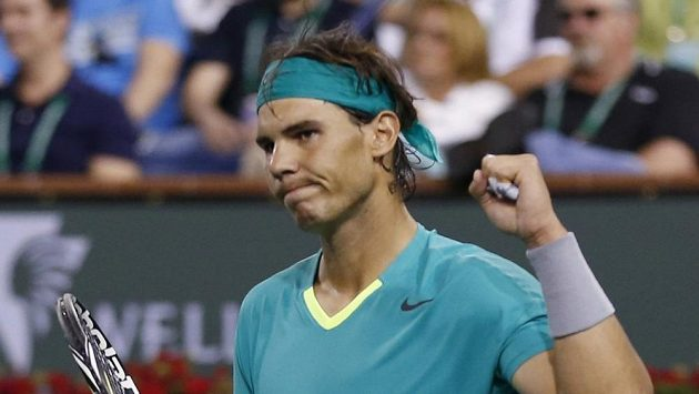 Rafael Nadal po vítězném míči v utkání s Rogerem Federerem.