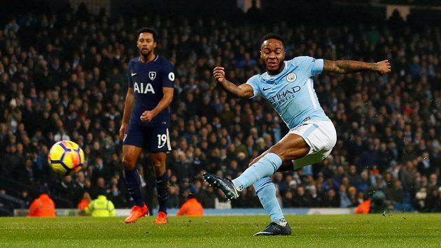 Raheem Sterling z Manchesteru City pálí v ligovém utkání proti Tottenhamu.