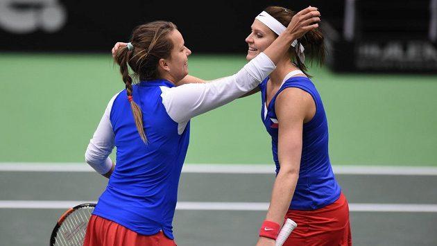 Barbora Strýcová (vlevo) a Lucie Šafářová během čtyřhry při jednom z utkání Fed Cupu. Archivní snímek