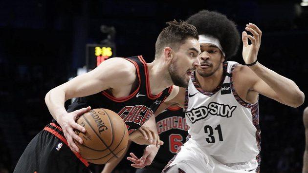 Český basketbalista Tomáš Satoranský (v černém) přechází přes Jarretta Allena z Brooklynu v zápase NBA.