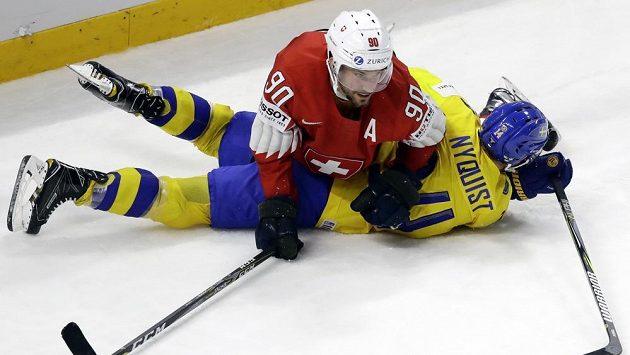 Gustav Nyquist ze Švédska je masírován, ustlal si na něm Švýcar Roman Josi.