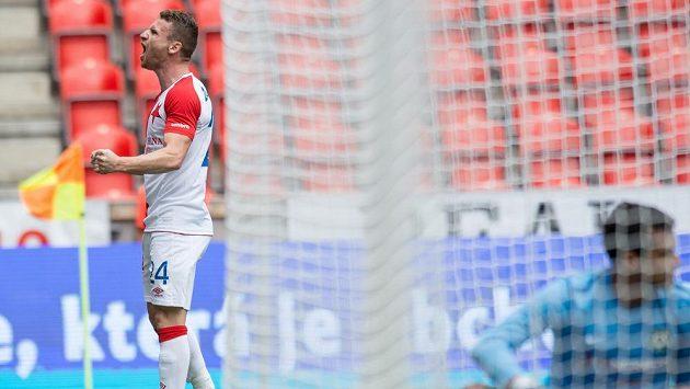 Útočník Slavie Praha Muris Mešanovič oslavuje gól proti Příbrami.