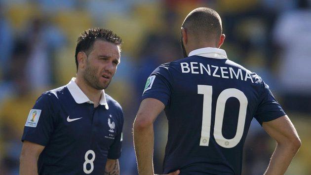 Francouz Mathieu Valbuena (vlevo) a jeho spoluhráč Karim Benzema během čtvrtfinále MS.