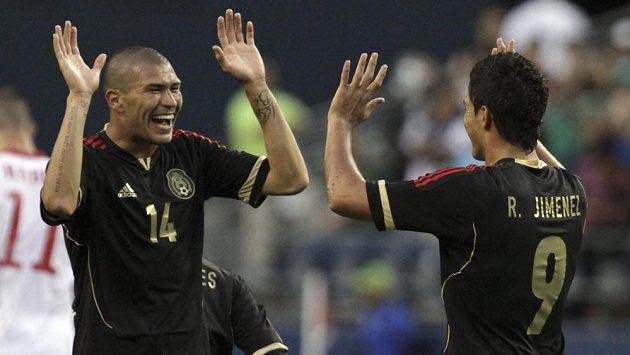Raul Jiménez (vpravo) se raduje z premiérového gólu v reprezentaci.