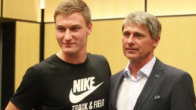 Thomas Röhler (vlevo) s Janem Železným při tiskové konferenci Zlaté tretry.