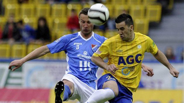 Teplický útočník Aidin Mahmutovič (vpravo) bojuje o míč se Zdenkem Kaprálikem z Baníku Ostrava.