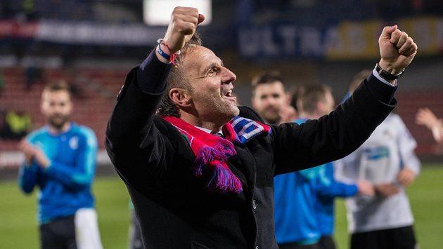 Plzeňský trenér Karel Krejčí oslavuje vítězství na Spartě.