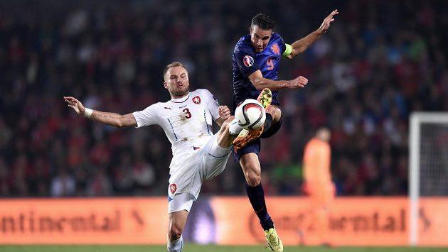 Český obránce Michal Kadlec (vlevo) se snaží sebrat míč nizozemskému útočníkovi Robinovi van Persiemu.