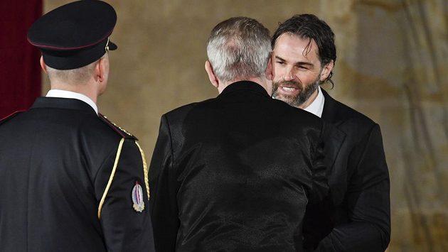 Hokejista Jaromír Jágr (vpravo) převzal od prezidenta Miloše Zemana medaili Za zásluhy I. stupně.