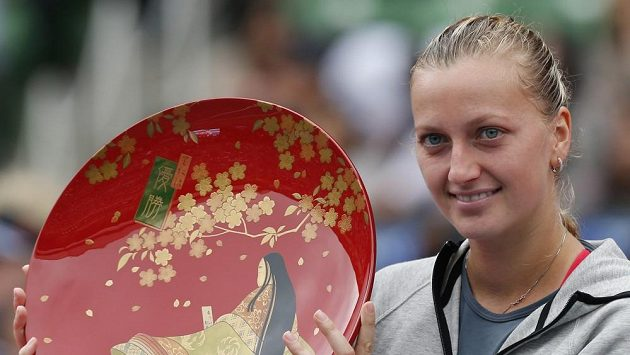 Petra Kvitová s cenou pro vítěze.