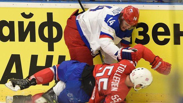 Viktor Tichonov z Ruska (vlevo) v souboji s Norem Ole-Kristianem Tollefsenem.