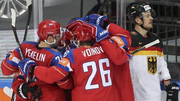 Ruští hokejisté se radují po jedné z branek do německé sítě ve čtvrtfinále MS.