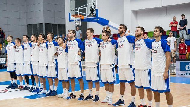 Čeští basketbalisté během hymny v přípravném utkání basketbalové reprezentace v hale Královka v Praze.