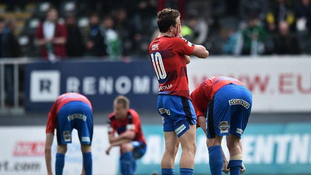 Zklamaní hráči Plzně po zápase v Jablonci, který skončil 2:2. Plzeň si tak zkomplikovala boj o mistrovský titul.