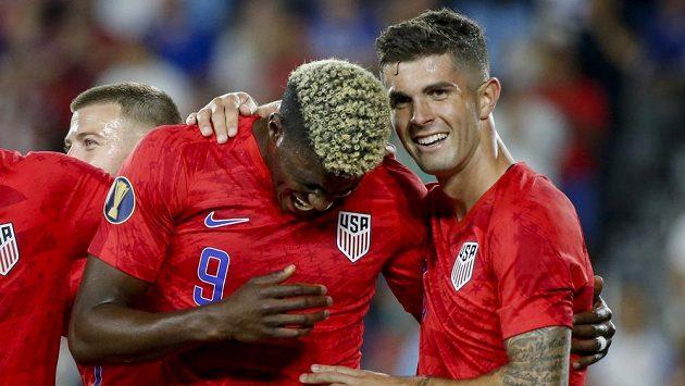 Američtí reprezentanti Gyasi Zardes (vlevo) a Christian Pulisic (10) oslavují gól na Gold Cupu proti Guayaně.