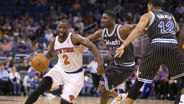 Rozehrávač newyorských Knicks Raymond Felton (zcela vlevo).