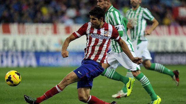 Diego Costa z Atlétika Madrid střílí gól v ligovém duelu s Betisem.