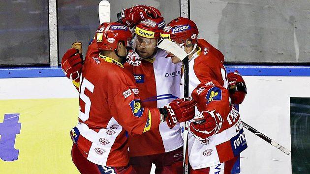 Autor gólu Slavie Jaroslav Bednář (uprostřed) přijímá gratulace od spoluhráčů Petra Jelínka (vlevo) a Marka Tomicy poté, co dal rozhodující gól Kladnu.