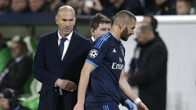 Fotbalista Realu Madrid Karim Benzema vedle kouče Zinedina Zidana