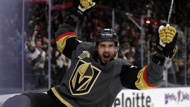 Český hokejový útočník Las Vegas Tomáš Hyka se raduje ze svého prvního gólu v NHL do sítě Vancouveru.