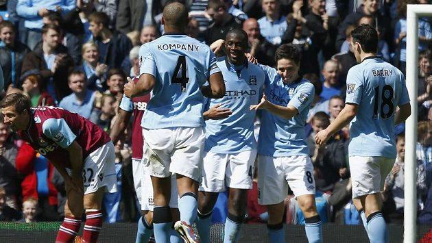 YaYa Touré z Manchesteru City (uprostřed) se raduje se spoluhráči z gólu. Od příští sezóny je bude možná trénovat manuel Pellegrini.