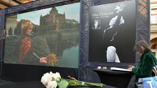 V piazzetě pražského Národního divadla může veřejnost od 9. do 12. září uctít památku sportovní gymnastky Věry Čáslavské. Národní divadlo bude 12. září místem posledního rozloučení se sedminásobnou olympijskou vítězkou.