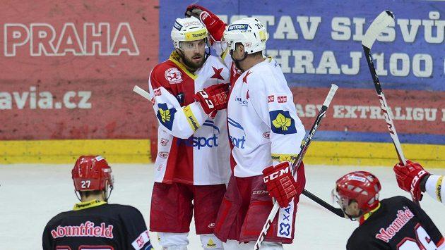 Střelec Slavie Jaroslav Bednář (vpravo) se raduje s Petrem Kadlecem z branky.