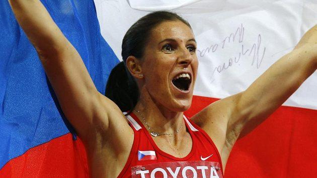 Jediná česká medailová radost na MS v Pekingu, zato zlatá! Zuzana Hejnová v cíli finále na 400 m překážek