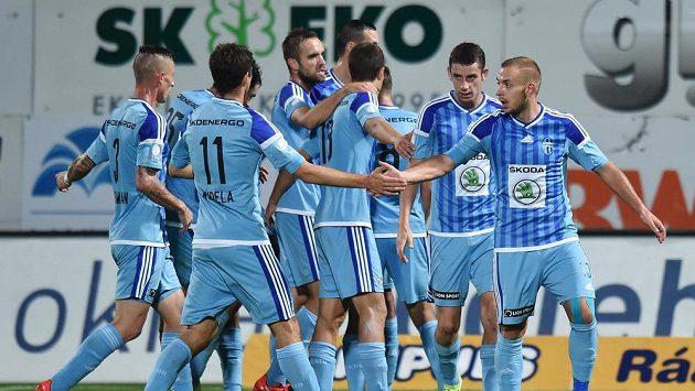 Fotbalisté Mladé Boleslavi se radují z branky na trávníku Jablonce.