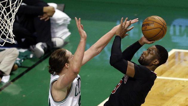 Dwyane Wade (3) z Chicaga střílí na koš. O blok se snaží Kelly Olynyk (41) z Bostonu.