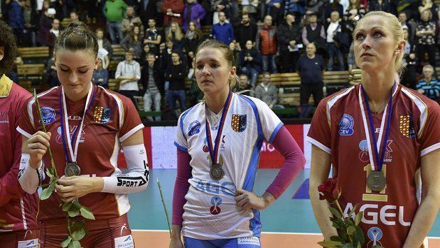 Volejbalistiky Prostějova po prohraném finále poháru s Olomoucí, zleva Nina Herelová, Julie Kovářová a Mareike Hindriksenová - ilustrační foto.