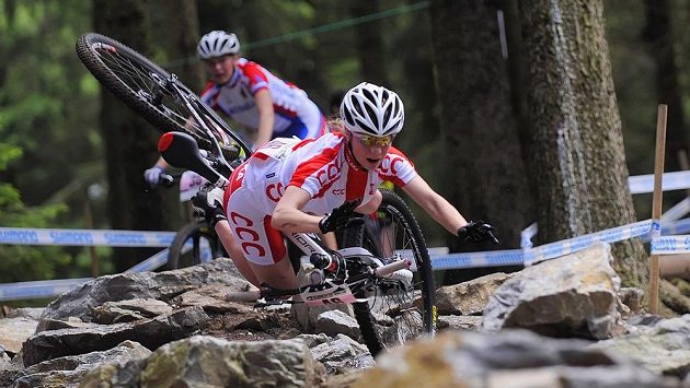 Závod Světového poháru horských kol 24. května v Novém Městě na Moravě, cross country - juniorky. Pád Polky Gabriely Wojtylové.