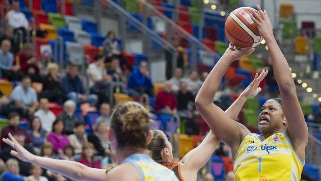 Basketbalistka Kia Vaughnová (vpravo) z USK Praha. Ilustrační snímek
