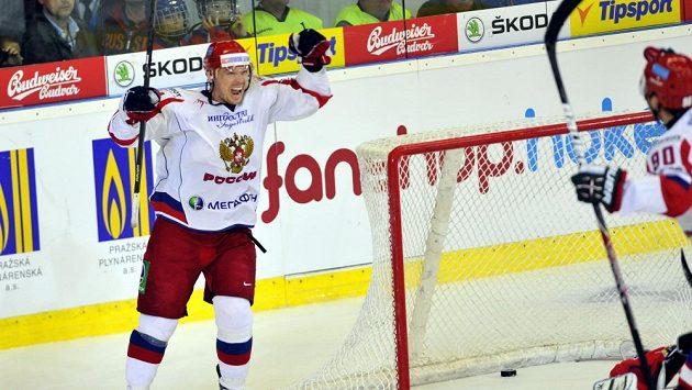Ruský hokejový útočník Sergej Mozjakin (vlevo) se raduje z gólu.