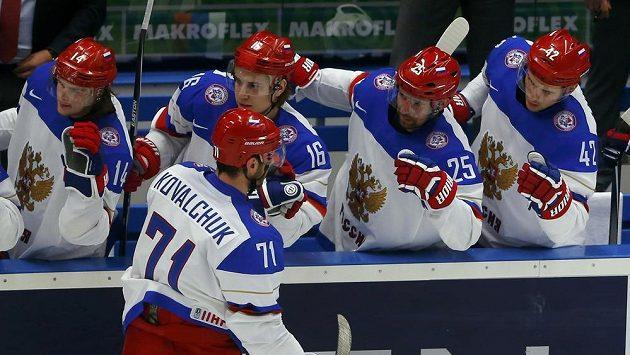 Ruský hokejista Ilja Kovalčuk (vpředu) se raduje se svými spoluhráči z gólu proti Norsku.
