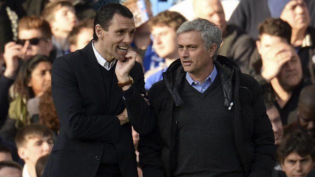 José Mourinho (vpravo) při přátelském špičkování s koučem Sunderlandu Gusem Poyetem.