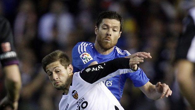Xabi Alonso (vpravo) dohrál utkání ve Valencii až do vítězného konce.