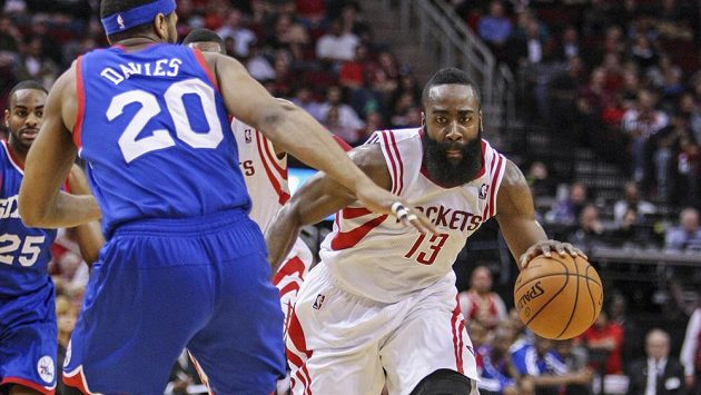 Basketbalista Houstonu Rockets James Harden (vpravo) v duelu s Philadelphií.
