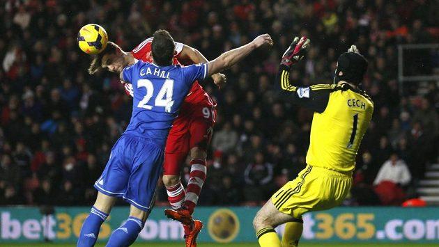 Gólman Petr Čech v duelu se Southamptonem.