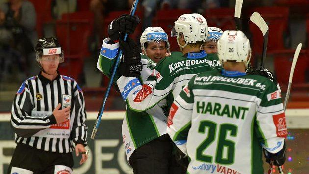 Karlovarští hokejisté se radují z gólu - ilustrační foto.