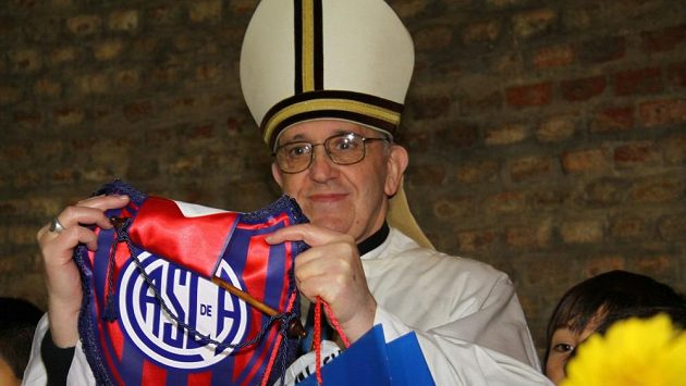 Jorge Bergoglio s vlajkou fotbalového klubu San Lorenzo.